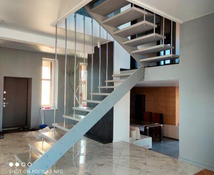 Дизайнерская-лестница-для-дома-в-перми