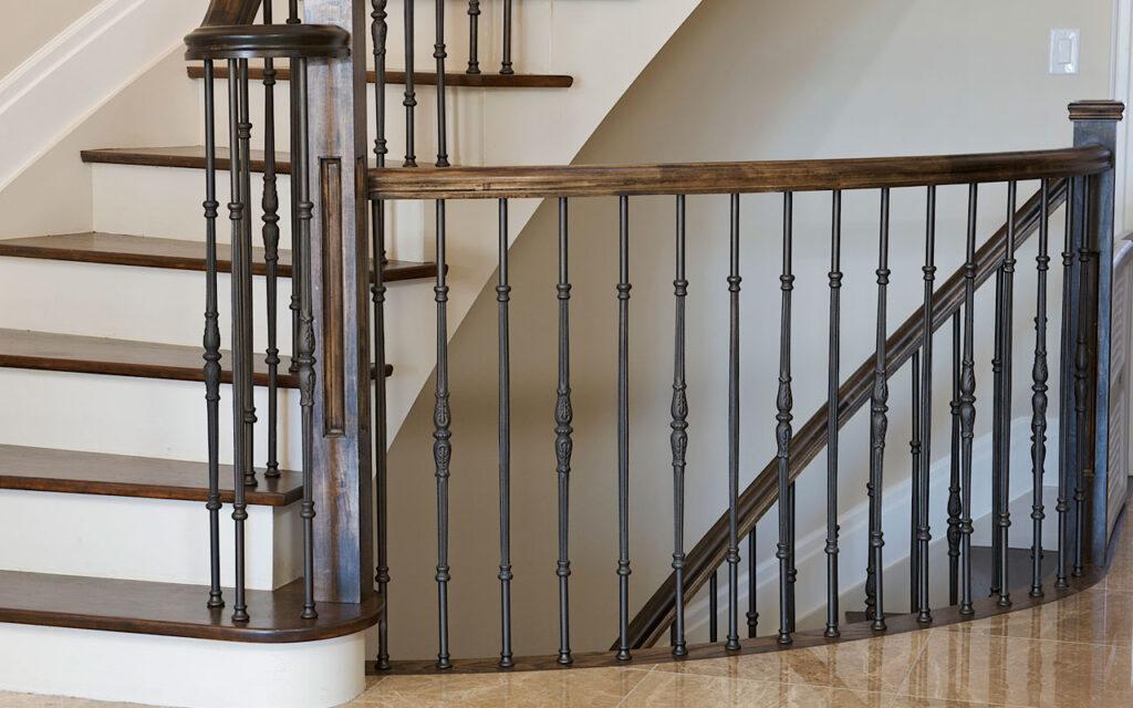 Перила с деревянным поручнем для лестниц