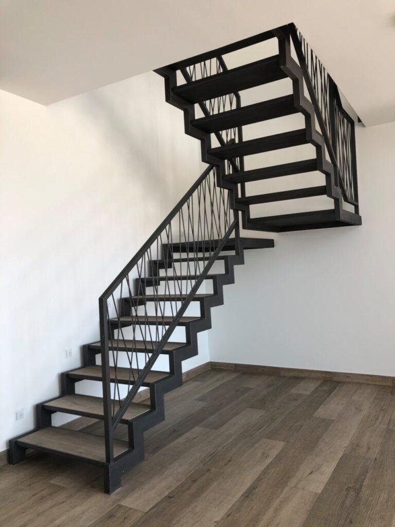 Металлическая лестница в квартиру второго этажа