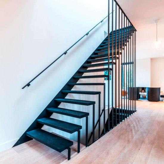 Дизайнерская лестница на стойках
